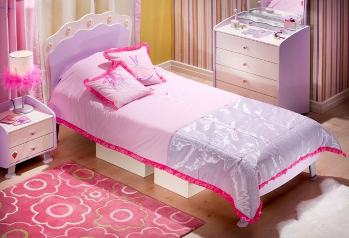 kleines-mädchenzimmer-mit-einem-eleganten-bett-mit-süßen-kissen