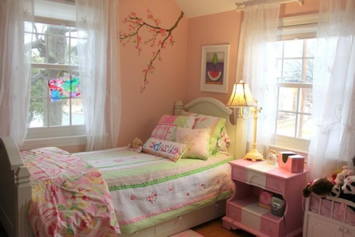 kleines-tolles-madchenzimmer-mit-durchsichtigen-gardinen