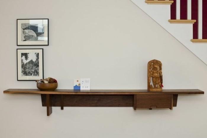 kleinmöbel-ideen-regal-aus-holz-neben-den-treppen
