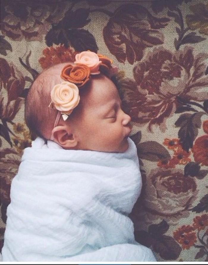 kokettes-Haaraccessoire-mit-dekorativen-Rosen-für-Babys