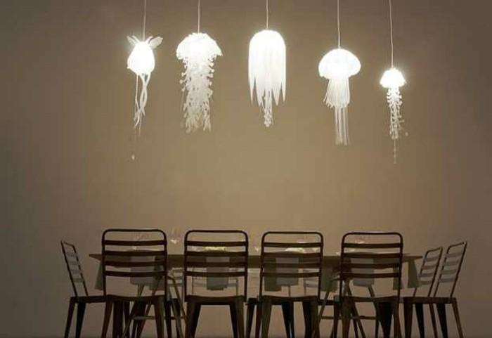 kreative-gestaltung-von-esszimmer-hängende-leuchten-über-dem-esstisch