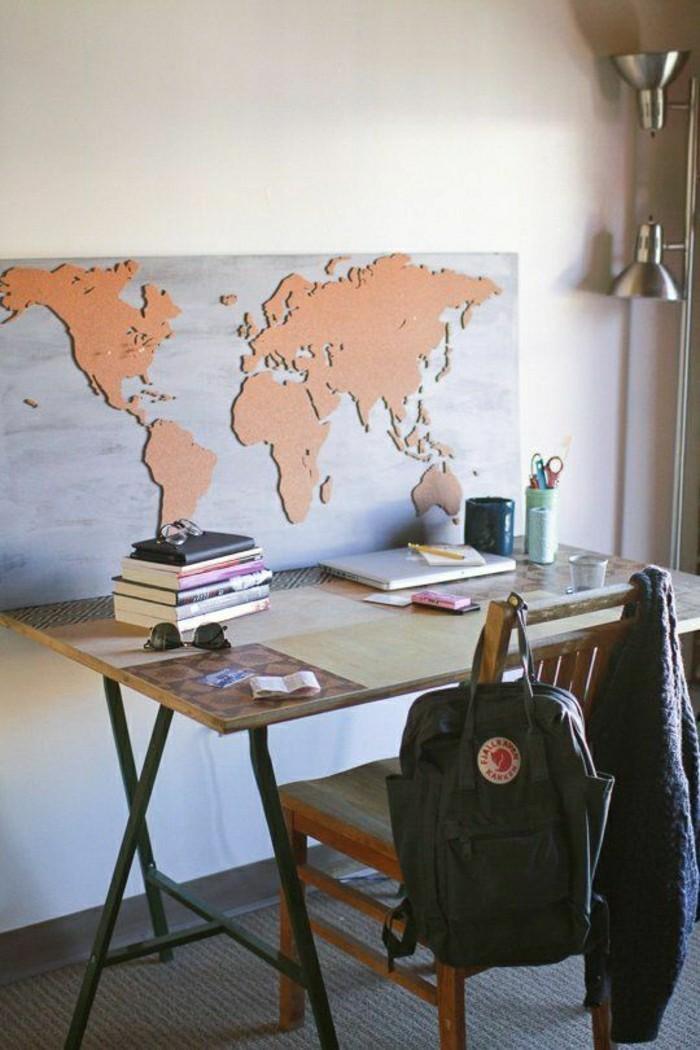 kreative-wandgestaltung-weltmappe-im-kleinen-büroraum