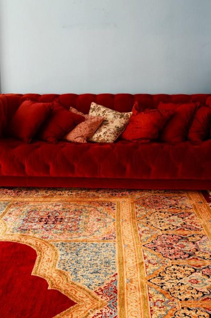 lange-rote-Couch-orientalischer-Teppich