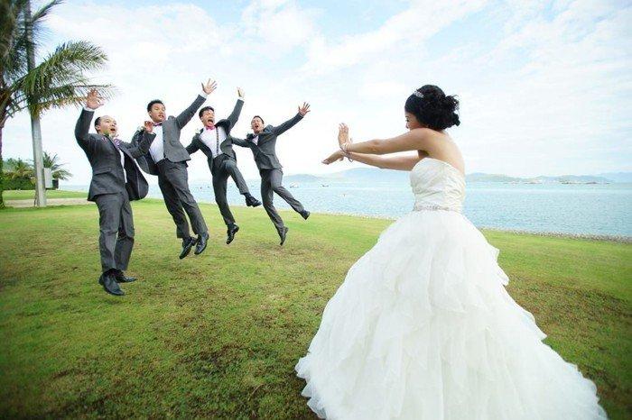 lustige-Hochzeitsbilder-Braut-die-Freunde