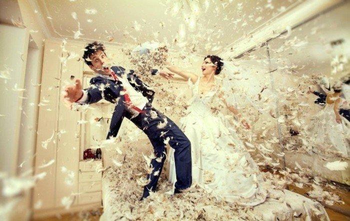 lustige-Hochzeitsfotos-Kissenschlacht-zwischen-den-Brautleuten