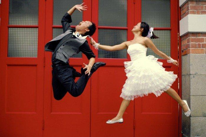 lustige-Hochzeitsfotos-glückliche-tanzende-Brautleute