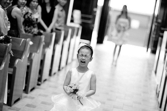 lustige-Hochzeitsbilder-kleine-weinende-Brautjungfer