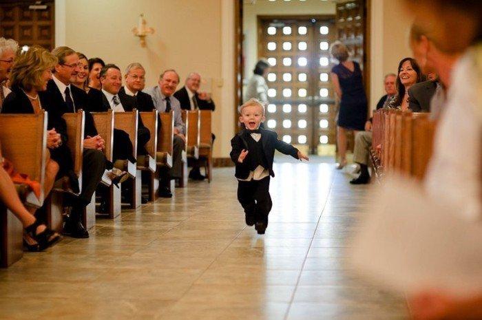 lustige-Hochzeitsfotos-kleiner-süßer-Brautführer