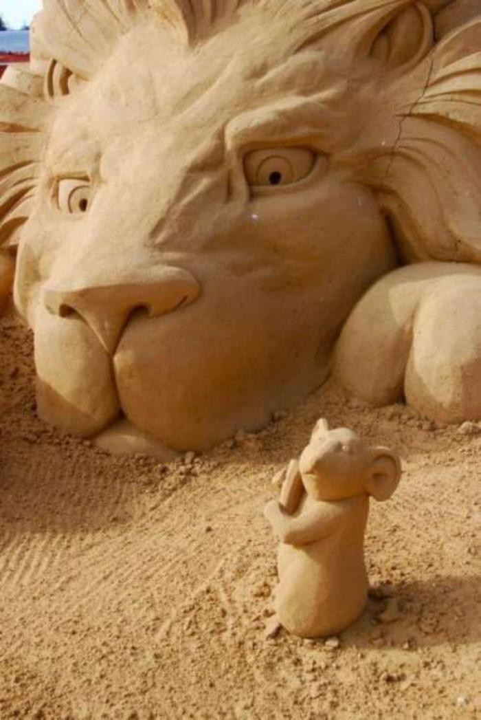 lustige-Sandskulptur-von-Löwe-und-Maus