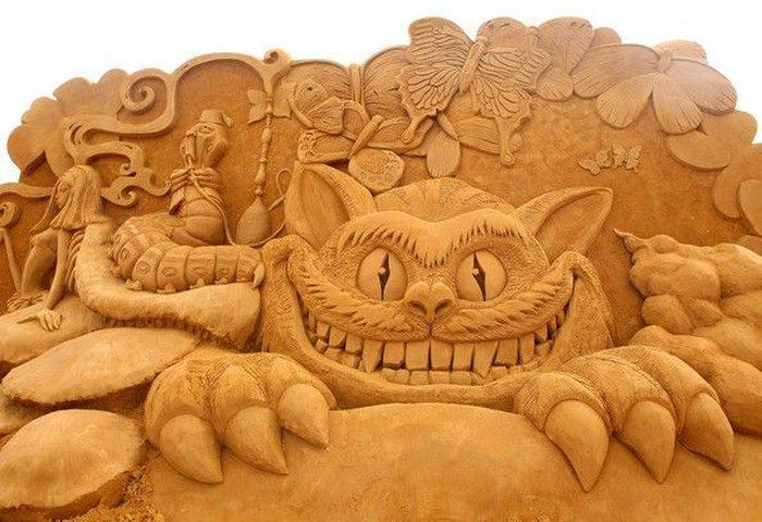 lustige-Sandskulptur-von-großer-Katze-und-anderen-komischen-Helden
