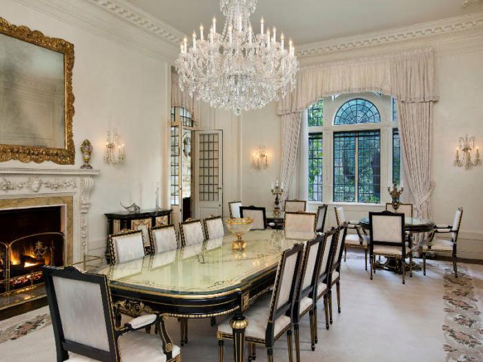 luxuriöses-Interieur-Kamin-prachtvoller-Kristallleuchter