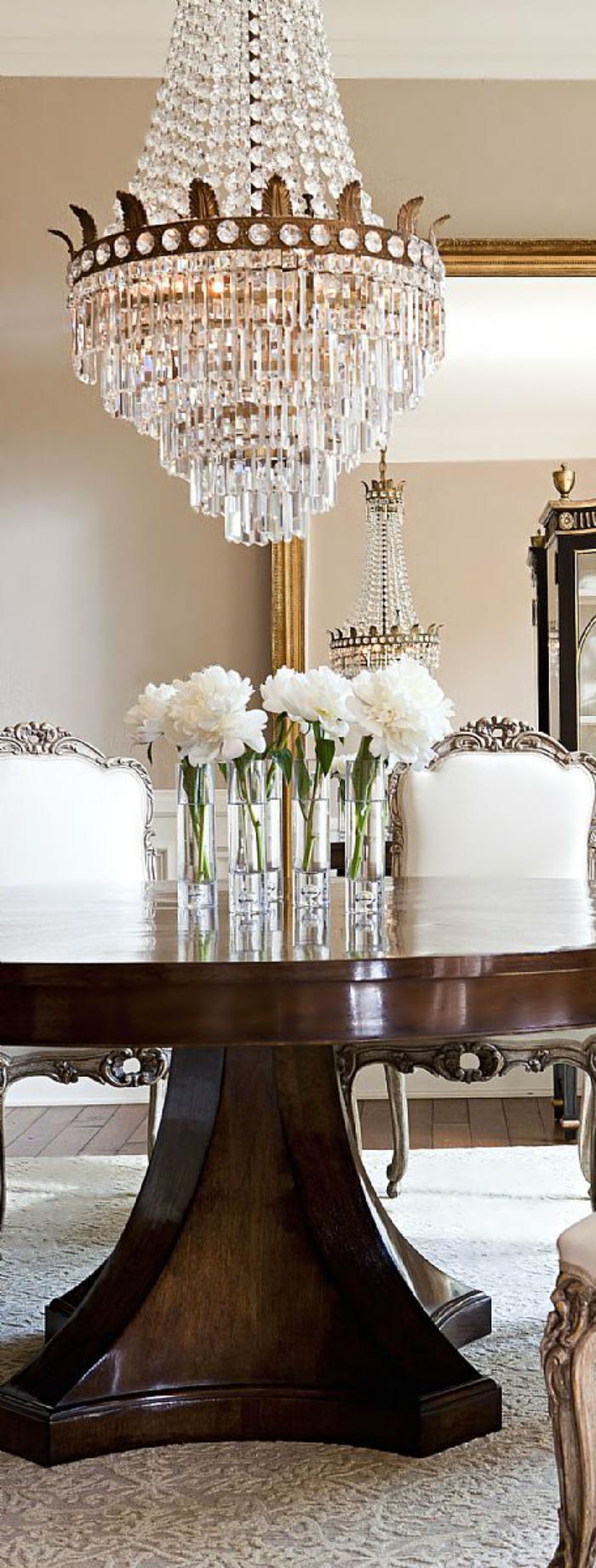 luxuriöses-Interieur-herrliche-Tischdekoration-prachtvoller-Kristallleuchter