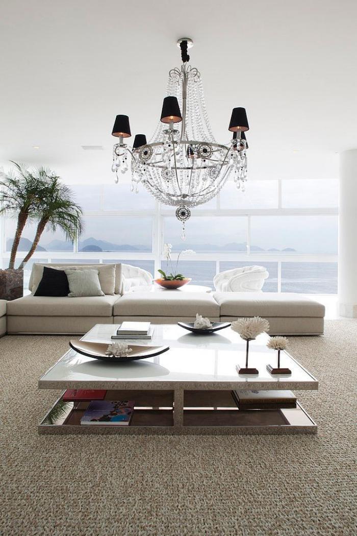 luxuriöses-Wohnzimmer-Interieur-Wohnzimmertisch-mit-attraktivem-Design
