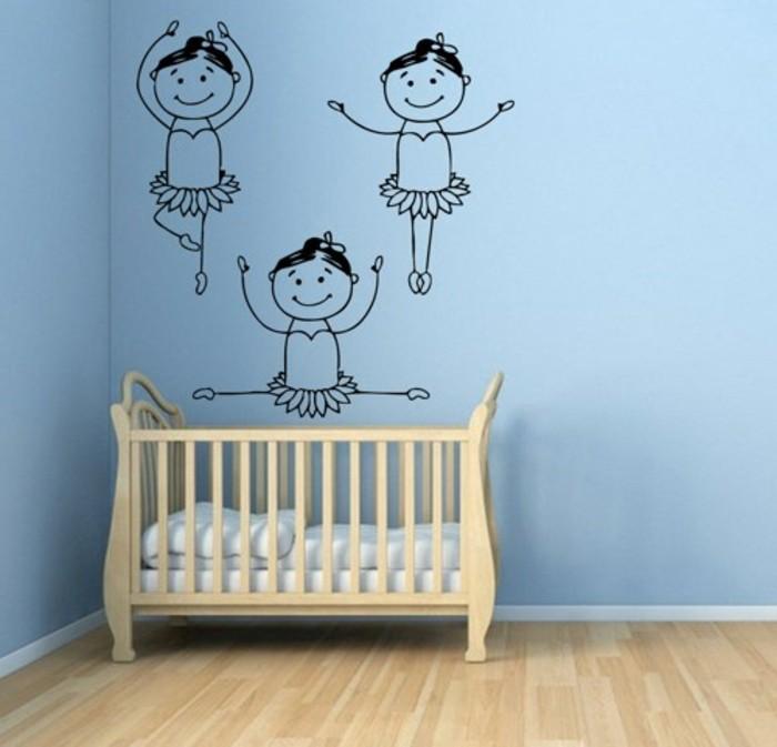 mädchen-tapete-im-madchenzimmer-kinderbett-und-blaue-wände