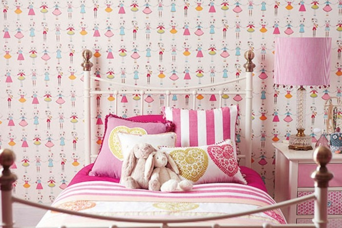 mädchen-tapete-im-madchenzimmer-rosiges-bett-und-rosige-lampe