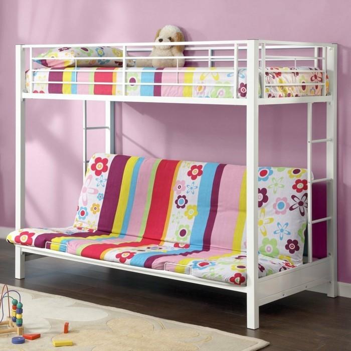 mädchenzimmer-möbel-buntes-sofa-und-bett-darüber