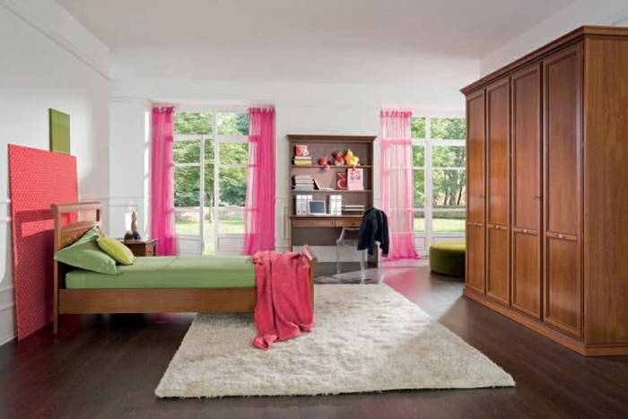 mädchenzimmer-möbel-großer-schrank-aus-holz-und-zyklamenfarbige-gardinen