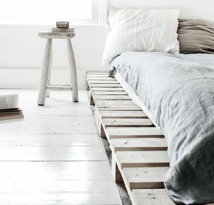 möbel-aus-paletten-gemütliches-schlafzimmer-bett-mit-weißen-bettwäschen