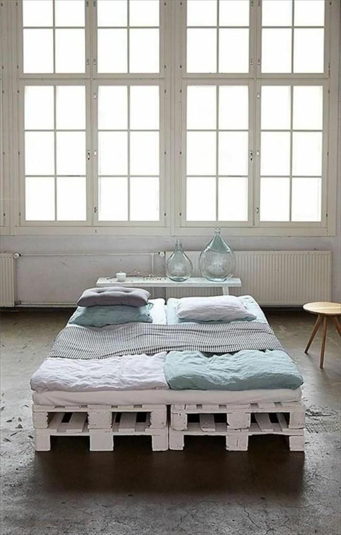 möbel-aus-paletten-weißes-bett-modell-große-fenster