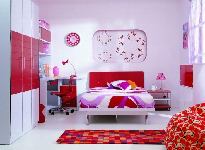 madchen-zimmer-süßes-interieur-rotes-bett-und-lila-wandgestaltung