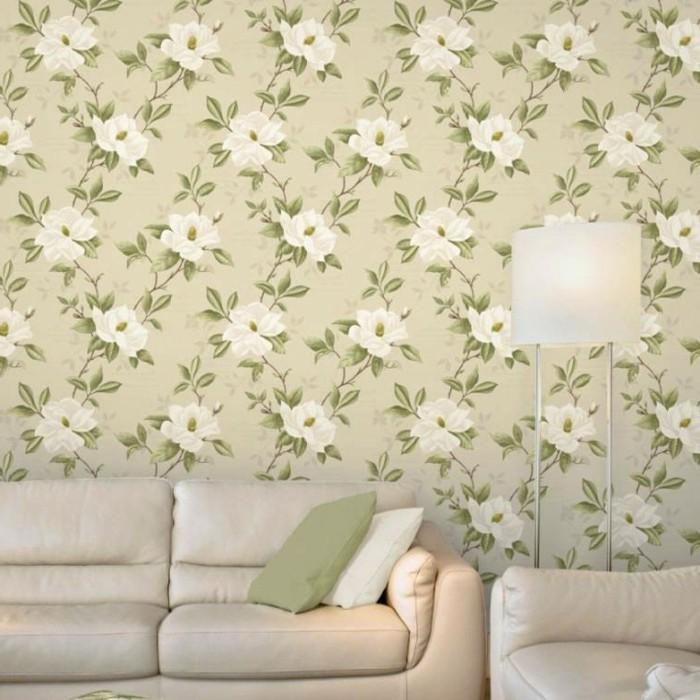 magnolia-farbe-effektvolle-tapete-modernes-sofa-und-sessel