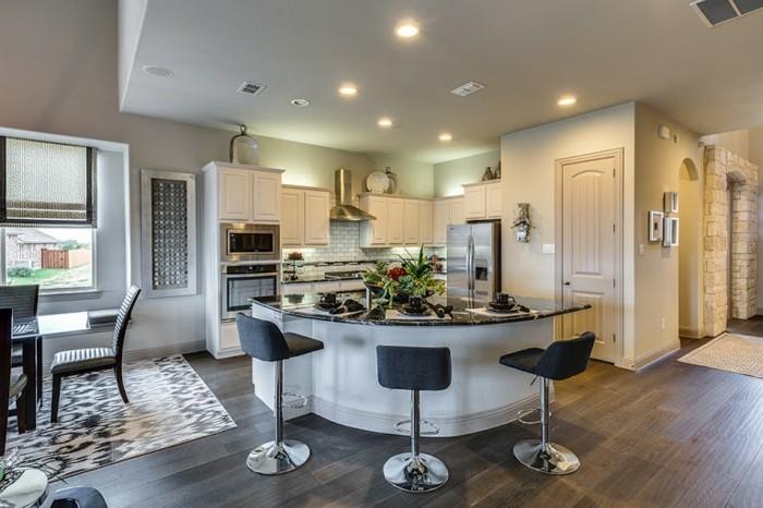 magnolia-farbe-küche-elegante-deckenleuchten-schwarze-bastühle