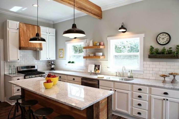 magnolia-farbe-küche-kochinsel-und-zwei-fenster