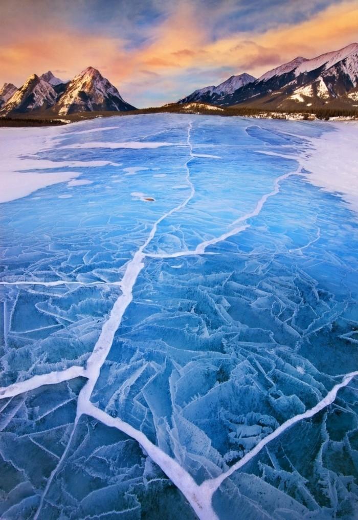 malerisches-Winterbild-der-gefrorene-Abraham-See-Alberta-Kanada