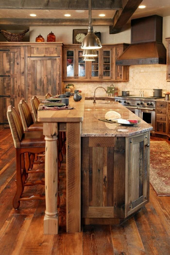 Badezimmer Beton Holz: Verspiegelte mosaikfliesen.