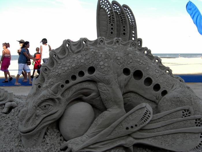 meisterhafte-Sandskulptur-von-Eidechse