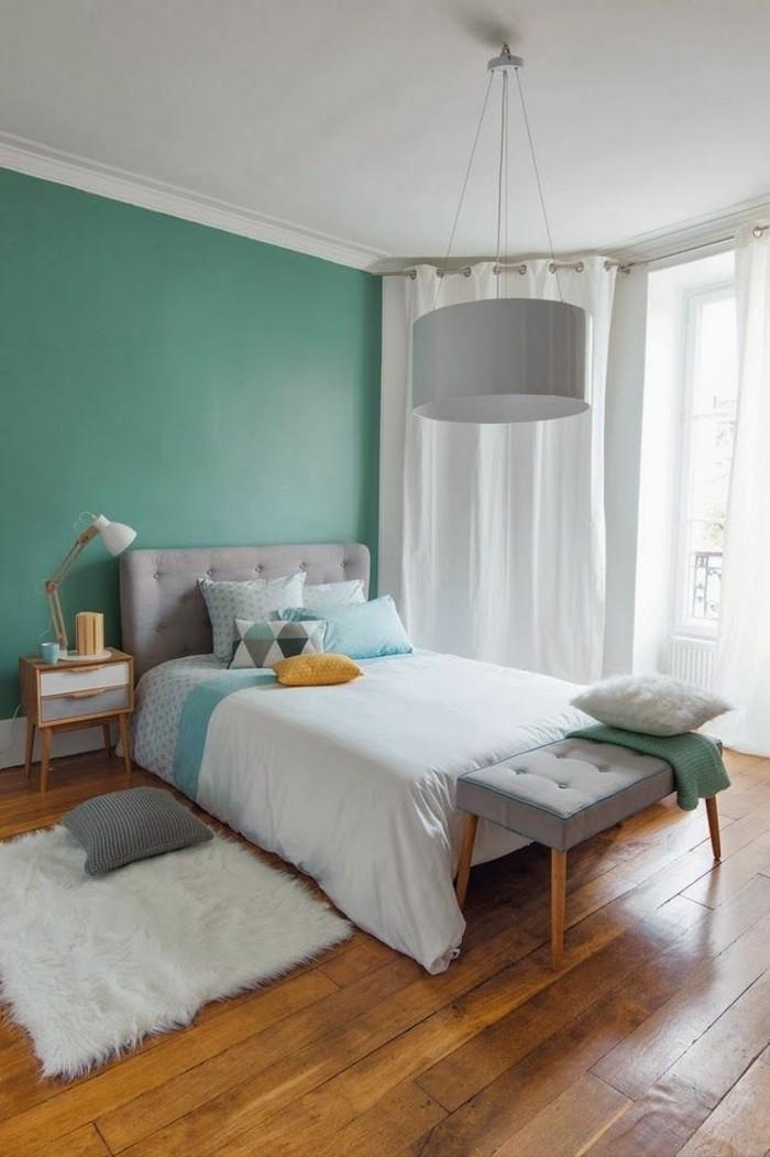 minimalistisch-eingerichtetes-Schlafzimmer-mit-Holzboden