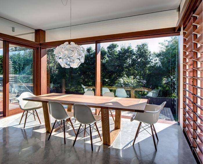minimalistische-Esszimmer-Einrichtung-schöner-Ausblick-moderner-Kronleuchter