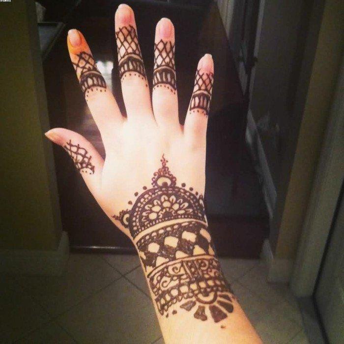 mit-Henna-tätowierte-Hand-Tattoos-für-Frauen