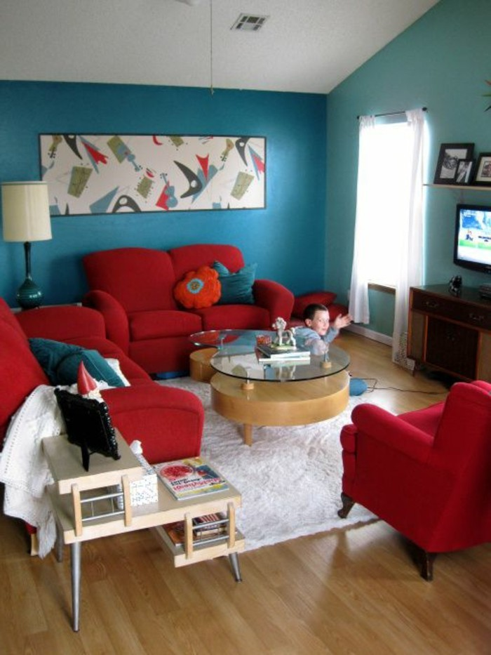 modern-eingerichtete-Wohnung-rote-Möbel-Sofas