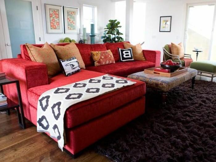 moderne-Ausstattung-flaumiger-brauner-Teppich-großes-Ecksofa-rot