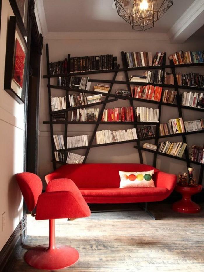 moderne-Einrichtung-asymetrische-Bücherwand-rote-Couch-mit-modernem-Design
