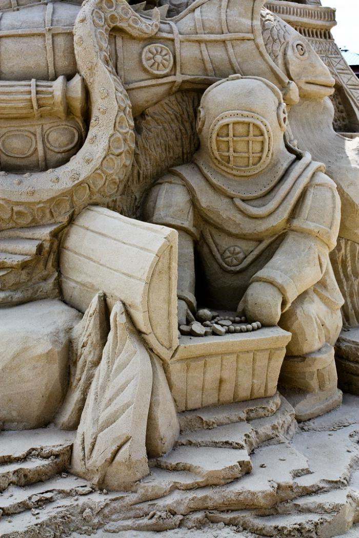 moderne-Skulptur-auf-der-Suche-nach-Schatz
