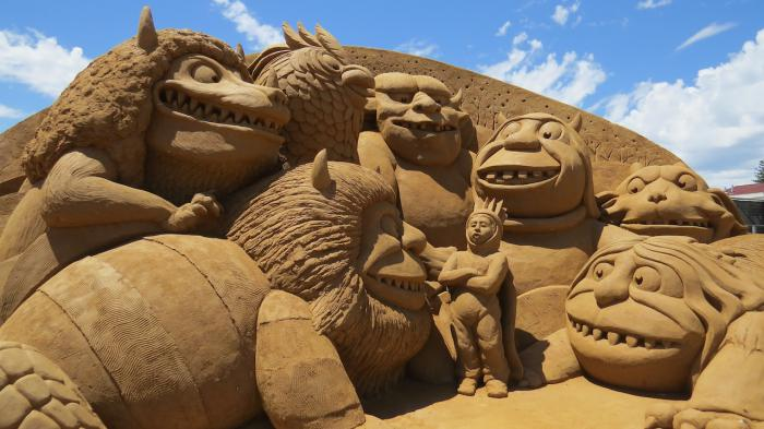 moderne-Skulptur-aus-Sand-Gruppe-von-komischen-Tieren