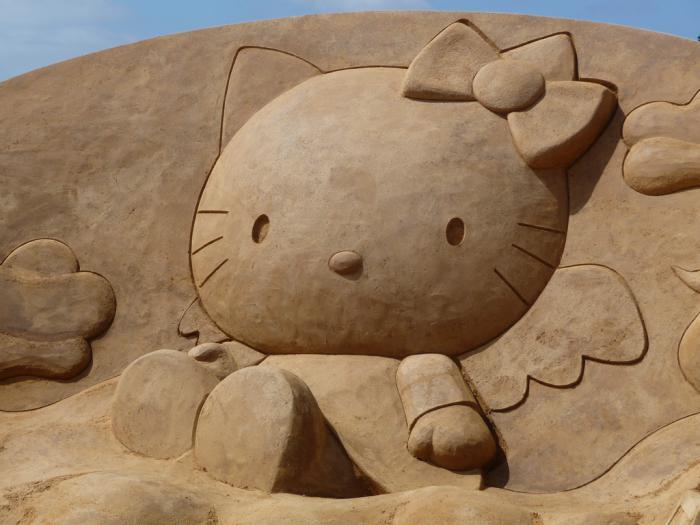 moderne-Skulptur-aus-Sand-Hello-Kitty