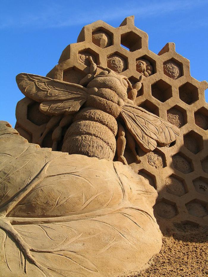 moderne-Skulptur-aus-Sand-große-Biene