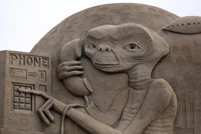 moderne-Skulpturen-aus-Sand-Außerirdisches-Wesen-vom-Spielbergs-Film