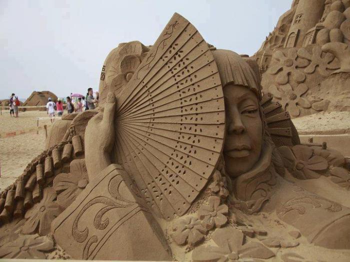 moderne-Skulpturen-aus-Sand-Geischa-Figur