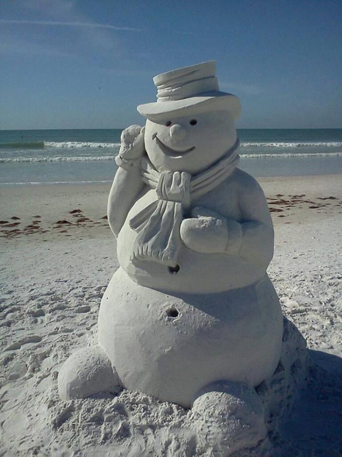 moderne-Skulpturen-aus-Sand-Schneemann-am-Strand