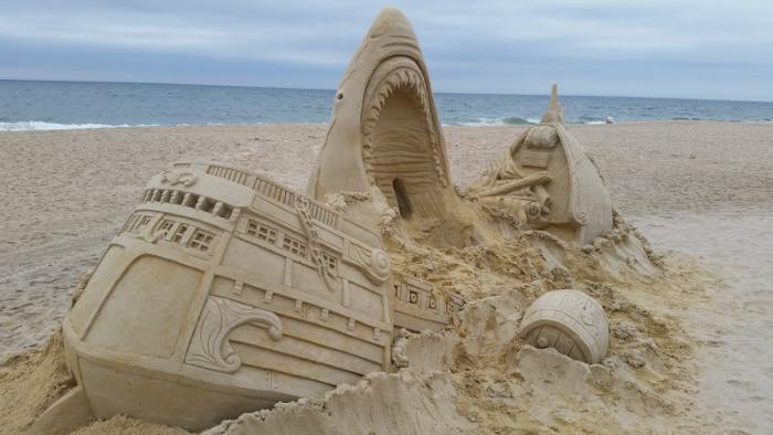 moderne-Skulpturen-aus-Sand-zerbrochener-Schiff-Haifisch