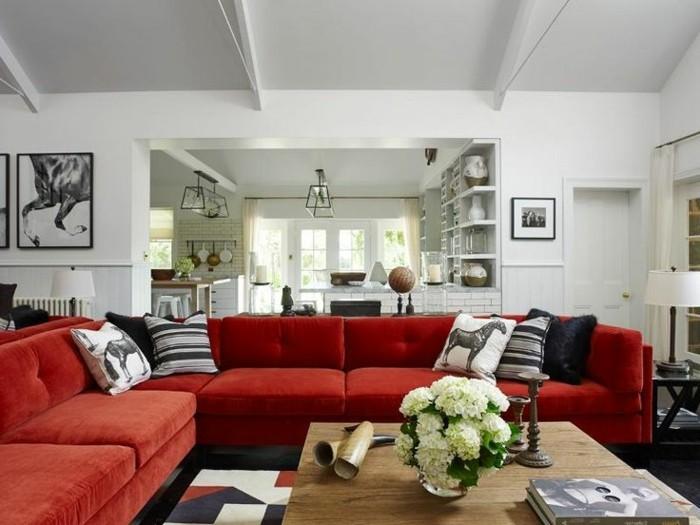 moderne-Wohnung-stilvolle-Einrichtung-Pferde-Motive-großes-Ecksofa-rot