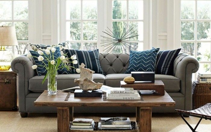 moderne-gestaltung-wohnzimmer-effektvolles-sofa-mit-dekorativen-kissen
