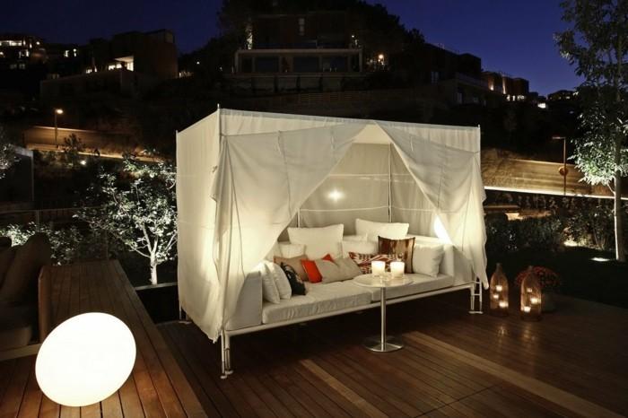 moderne-häuser-sehr-tolle-terrasse-mit-einem-unikalen-bettmodell