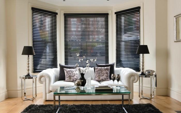 moderne-jalousien-im-wohnzimmer-mit-weißem-sofa