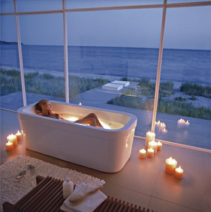 moderne-traumbäder-gestalten-romantische-kerzen-weiße-badewanne-unikaler-blick