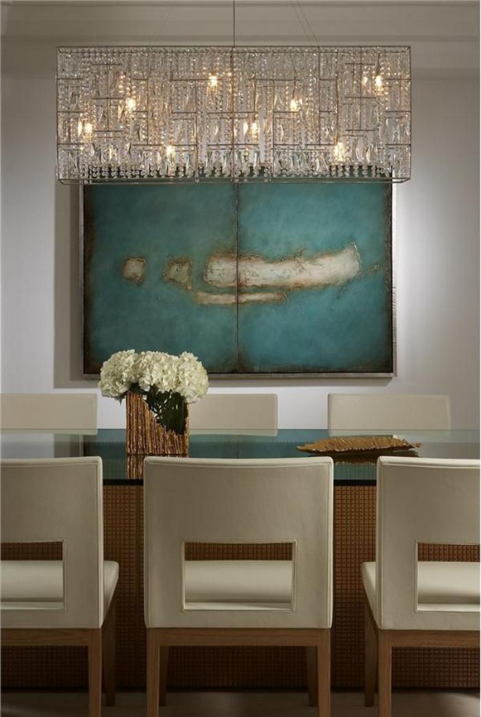 modernes-Esszimmer-Interieur-malerisches-Wandbild-in-türkis-Farbe-großer-Kristall-Kronleuchter